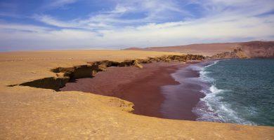 Rojo, verde, rosa: 12 coloridas playas en todo el mundo